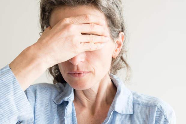 Климакс характеризуется снижением выработки эстрогенов, что провоцирует появление неприятных симптомов