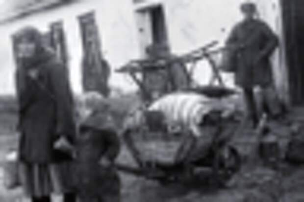 Раскулаченная семья возле своего дома, с. Удачное, Донецкая область, 1930-е годы