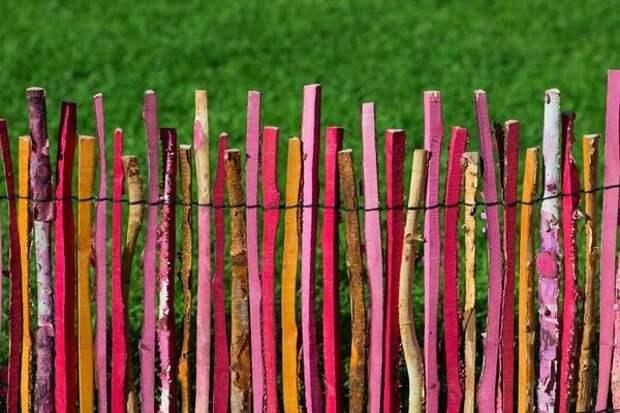 Идеи симпатичных деревянных заборов для дачи