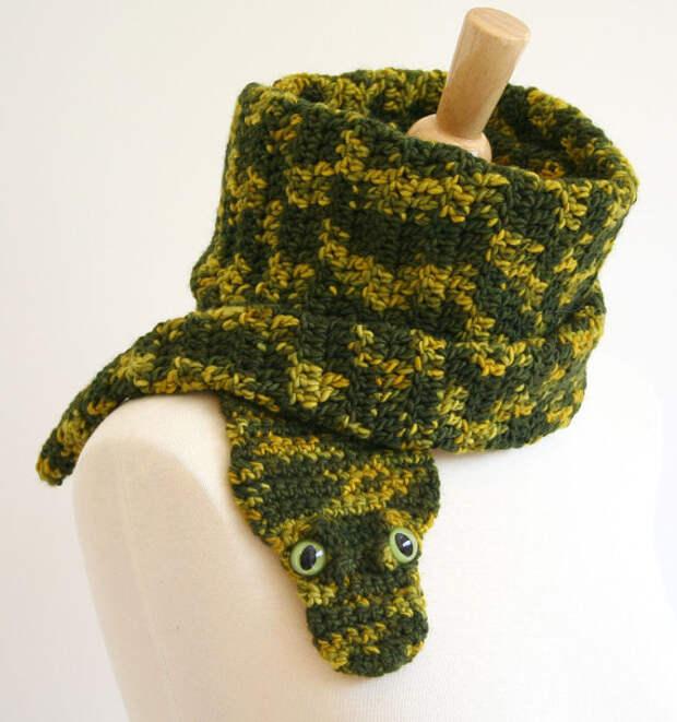 Вязаный шарф-змея. Идея подарка для года Змеи. Фото