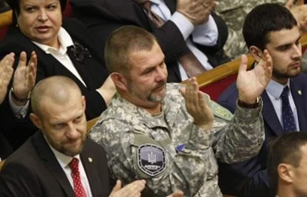 Депутат Верховной рады Украины Юрий Береза (в центре) на одном из заседаний парламента