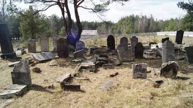 Вандалы разбили 15 еврейских надгробий в Польше