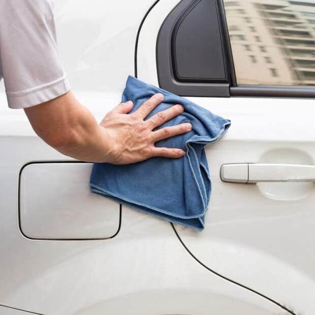 Для вытирания кузова машины лучше всего использовать полотенце из микрофибры. | Фото: familyhandyman.com.
