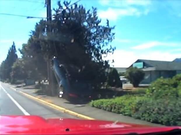 Будни «учителей»: Chevrolet Camaro повесился на столбе