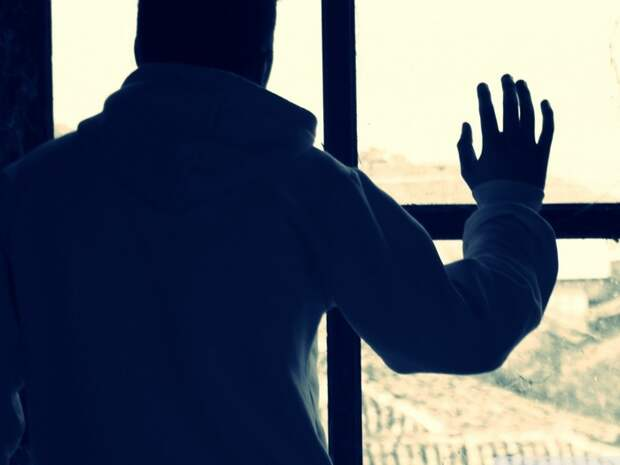 Картер у окна.