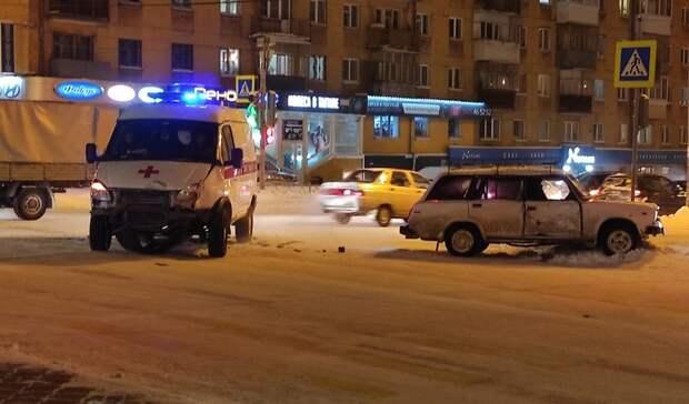 ВНижнем Тагиле произошло ДТП сучастием ВАЗ-2104 искорой помощи
