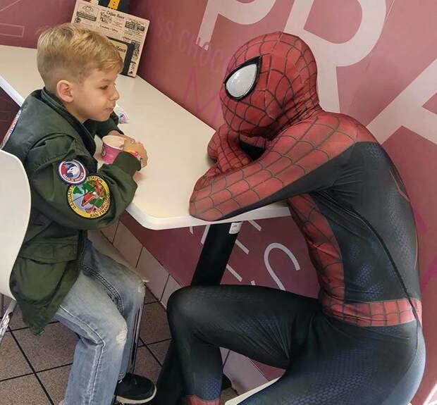 Но у этой истории есть и печальная сторона болезнь, герой, история, костюм, мужчина, помощь, ребенок, человек паук