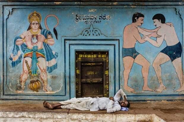 Бадами, Багалкот, Карнатака, Индия: момент отдыха у входа в спортивный зал для борьбы. Фотография: Стефано Пенсотти