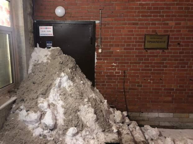 Жители Питера убрали снег и подарили его коммунальщикам