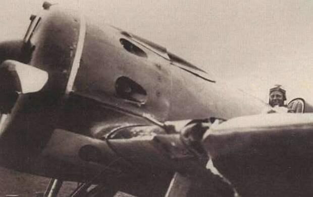 В. Скобарихин в кабине своего истребителя с поврежденным при воздушном таране крылом