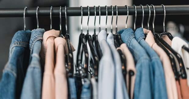 Москвичи и петербуржцы за год стали чаще покупать одежду и обувь