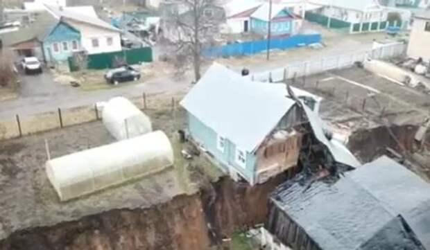 В Нижегородской области в посёлке Караулов два дома развалились из-за схода грунта