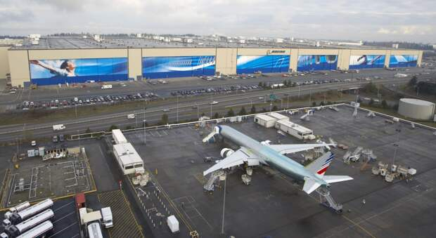 Крупнейшая фабрика — Boeing Everett Factory, Эверетт, штат Вашингтон.