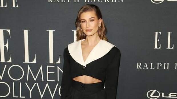 Вечная классика против соблазнительного разреза: Хейли Бибер и Сиара на премии Elle Women in Hollywood