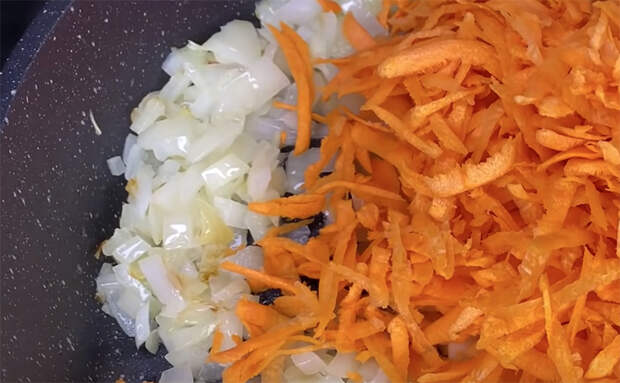 Открываем банку соленых огурцов и превращаем в овощную икру на хлеб