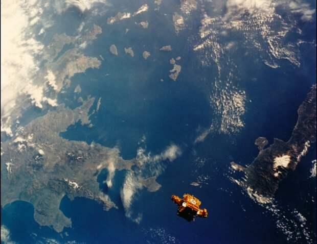 1993. Над Средиземном морем (можно видеть Грецию и остров Крит) спутник SPARTAN-201. Вид с шаттла Discovery (STS-56). Апрель
