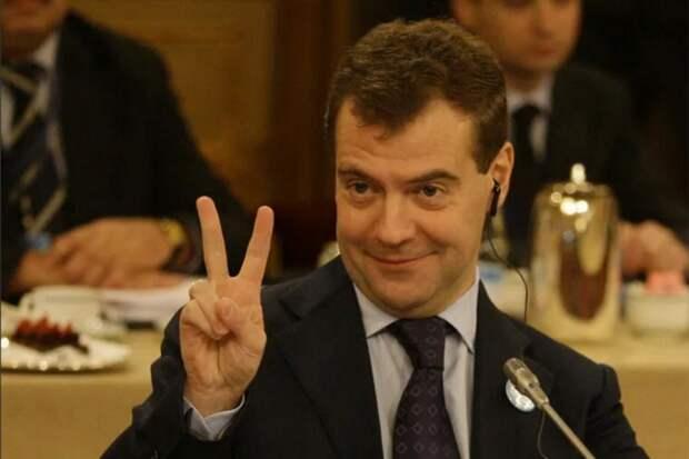 6 забавных фото Медведева, которые стали мемами
