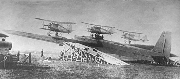 Воздушный цирк или История сумасшедших бомбардировщиков, запускающих истребители с крыльев