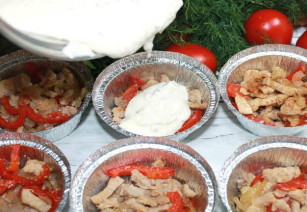 Заливаем мясо и овощи соусом: ужин на всех на скорую руку