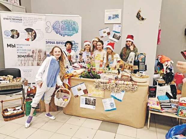 Волонтёры помогают больным детям/ Предоставлено фондом «Спина бифида»