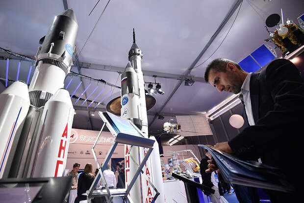 Макеты ракет семейства «Ангара» на стенде «Роскосмоса» на международном авиационно-космическом салоне МАКС-2017 в Жуковском