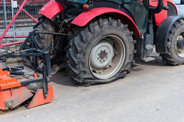 На Дмитровке столкнулись трактор и легковушка