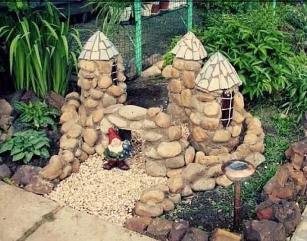 Замок из пластикового бутыля и камней. Оригинальная идея для декора сада или дачи