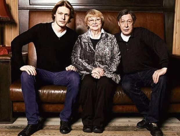 Никита с отцом, актером Михаилом Ефремовым, и бабушкой, актрисой Аллой Покровской | Фото: kino-teatr.ru