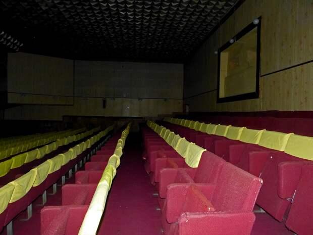 Один из недавно покинутых ДК с актовым залом и кинозалом