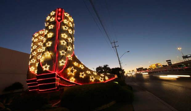 Инсталляция в виде ботинок в Сан-Антонио