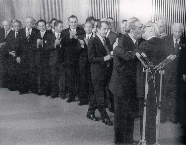 10 неожиданных исторических фото политиков, которые показывают, как изменились времена