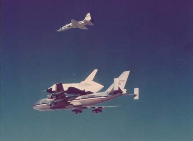 1975. Первый снимок «Энтерпрайз» (OV-101) со своим Boeing 747