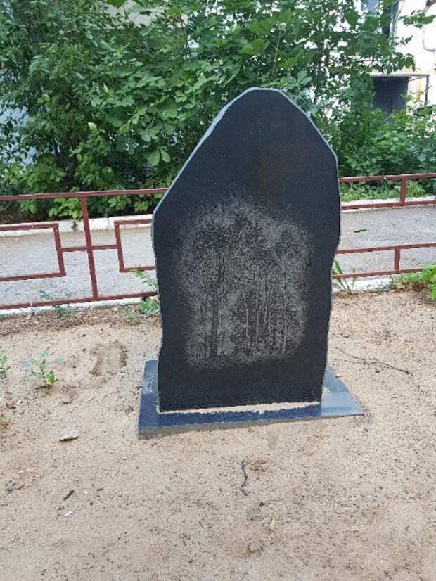 В российском городе  поставили памятник криминальному авторитету на детской площадке (ФОТО)