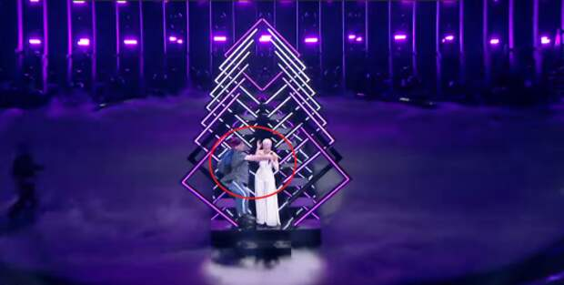 Британская певица SuRie отказалась петь после инцидента с вырванным микрофоном