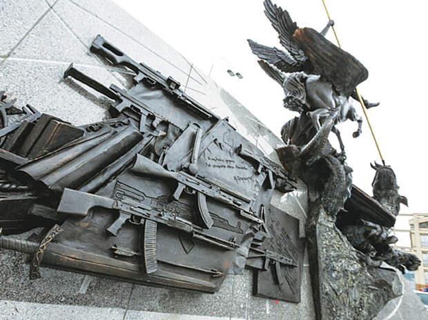 Автор памятника Калашникову Щербаков призвал СМИ