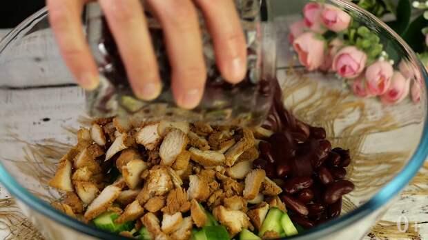 Новый салат из четырёх ингредиентов, который ешь и не можешь остановиться. Настоящее объедение.
