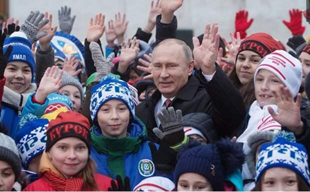 """""""А если честно, вы по телевизору лучше выглядите"""". Путин пообщался с детьми после Кремлевской елки"""