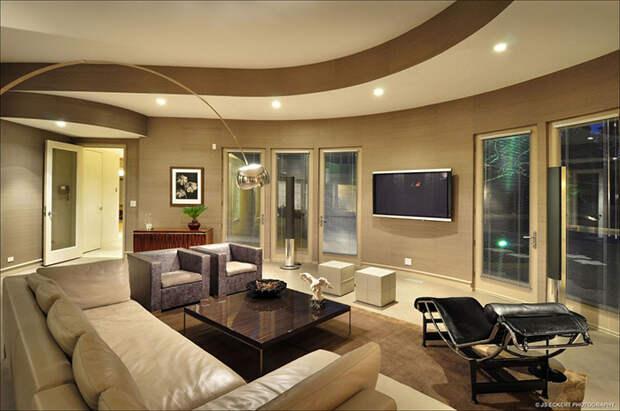 Потолок изогнутой формы в гостиной Майкла Джордана