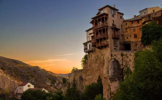 Напротив Сан-Педро на самом краю отвесной скалы находятся практически висячие жилые дома / Фото: Twitter