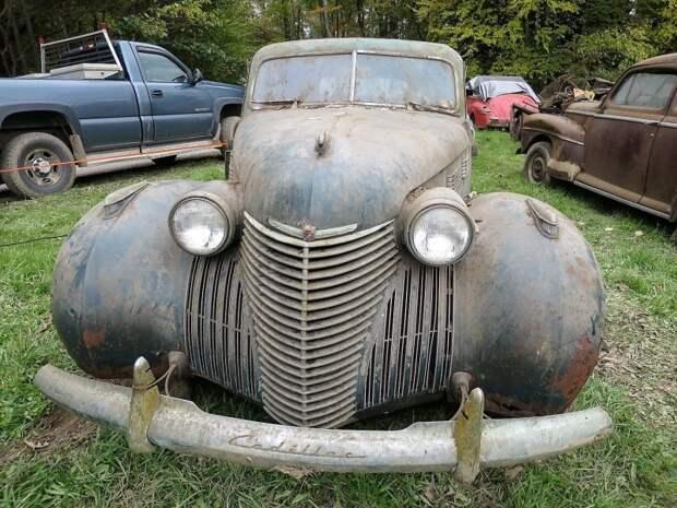 Cadillac Fleetwood 1938 года тоже выглядит бодрячком. Этот кузовной метал пальцем не продавишь! авто, джанкярд, коллекция, коллекция автомобилей, олдтаймер, ретро авто, свалка автомобилей