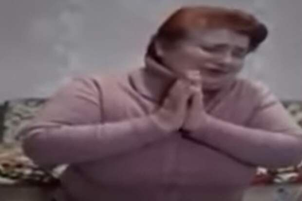 Украинка на коленях извинилась за заражение односельчан коронавирусом (видео)