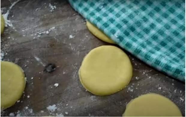 Отличная замена магазинному хлебу: булочки на сковороде (едим и с колбасой, и с вареньем)