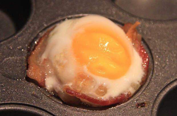 Ловим осколки скорлупы яйца не ножом, а второй половиной скорлупы. Неочевидные тонкости поваров по обращению с яйцами