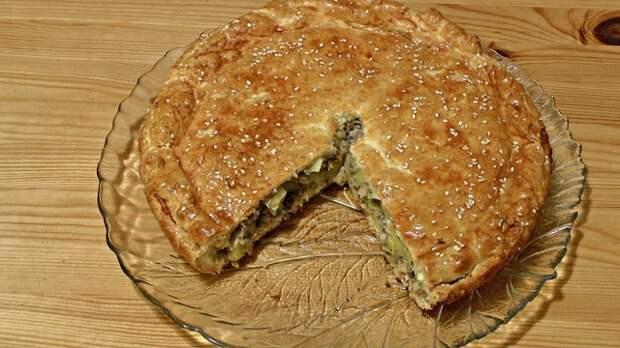 Фото к рецепту: Закрытый пирог из песочного теста с рыбой и картофелем