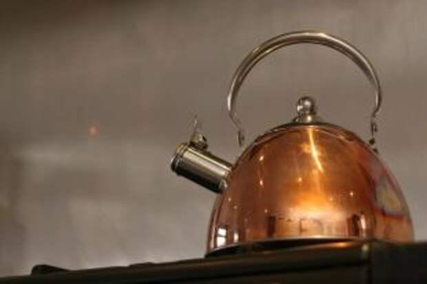 Почему газировка растворяет накипь в чайнике?