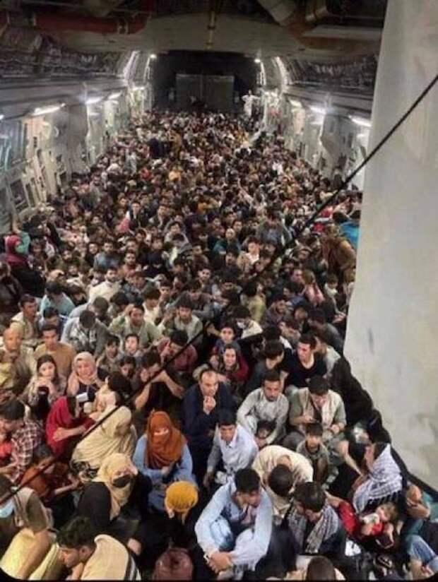 800 человек, 1 самолет: Хаос в эвакуации из Афганистана