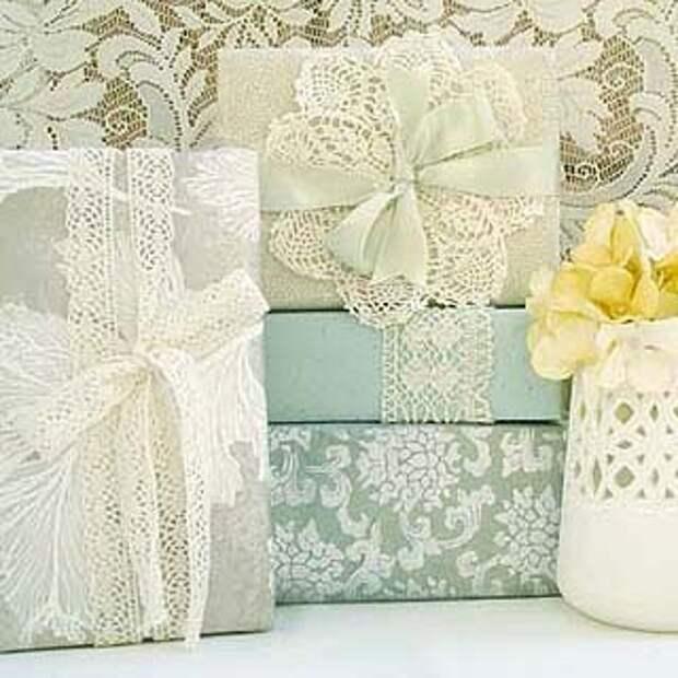 Кружева красиво смотрятся в оформлении  подарка