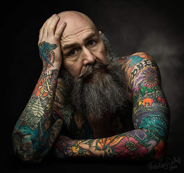 Тело Пипа покрыто цветными татуировками.