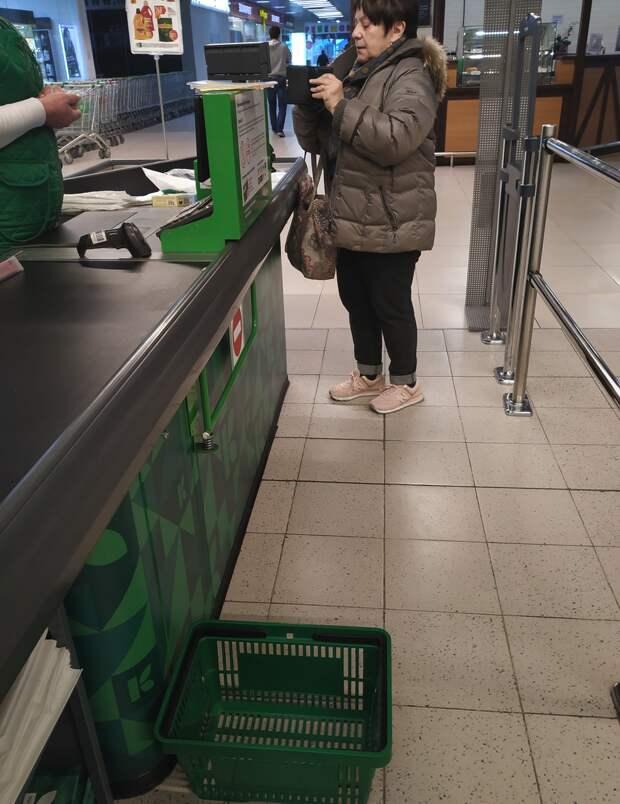 Женщина не обратила внимание на несколько человек в очереди за ней и просто бросила корзину перед всеми. Главное же, что ей удобно.