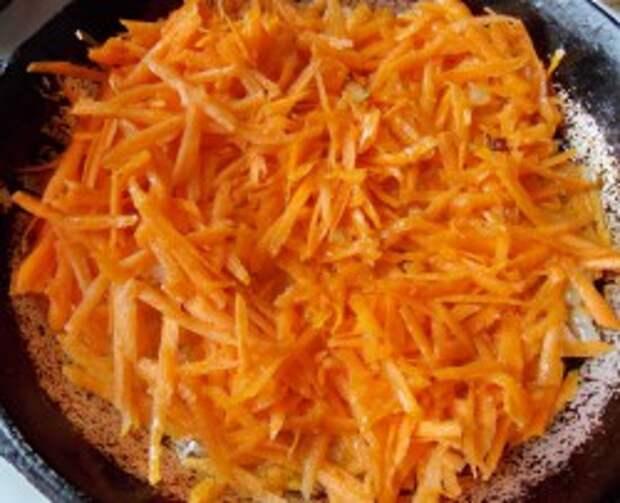 Добавьте к луку морковь и обжарьте их вместе